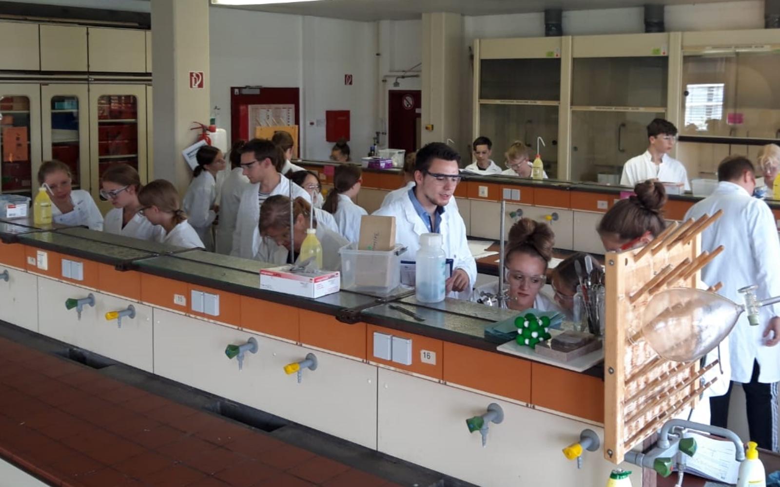 Klasse 8 auf Entdeckungstour im Schülerlabor Chemie der Goethe-Universität Frankfurt